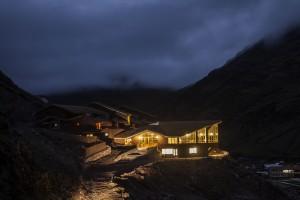 Huacahuasi Lodge at night