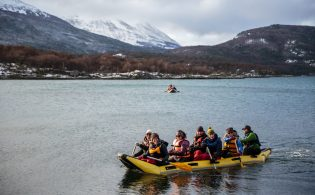 A canoe tour in Lapataia bay at the Tierra del Fuego National Park © ATTA / Hassen Salum