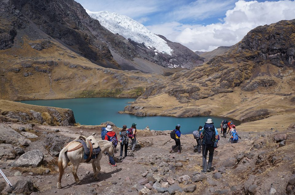 Malia Obama's group hiking the Ausangate trek in Peru. © Vamos Expeditions