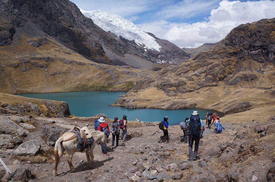 Malia Obama's group hiking the Ausangate trek in Peru. © Vamos Expeditions